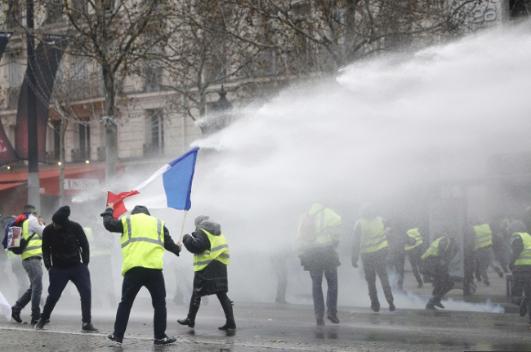 """Gilets jaunes, quand de nombreux Français disent """"ça suffit!"""" parce qu'ils n'en peuvent plus."""